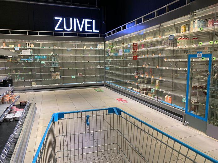 Ook de schappen in Eindhoven zijn leeg.