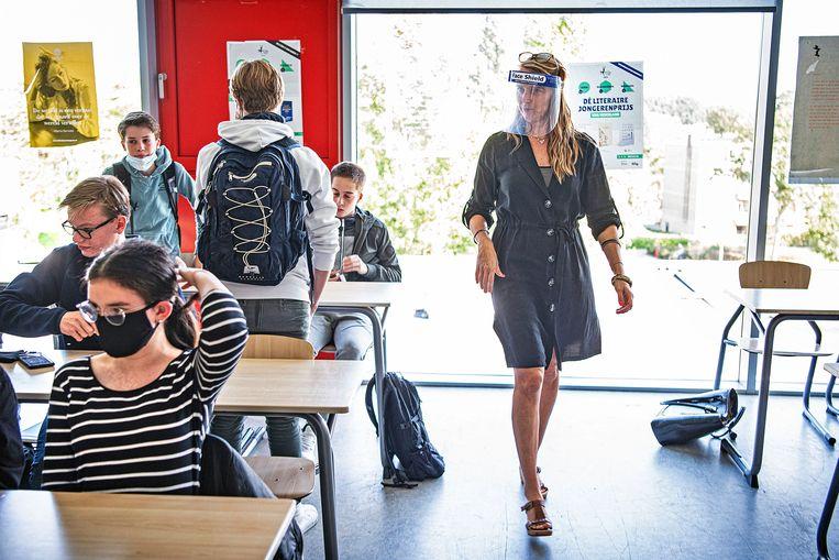 Een docent met gezichtsmasker op een school in Amstelveen. Beeld Guus Dubbelman / de Volkskrant