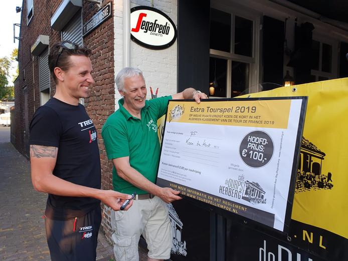 Koen de Kort (links) voorspelt voor Tourspel Liempde zijn einduitslag in de aanstaande Tour de France. In groen Mark van der Laan, voorzitter van Tourspel Liempde.