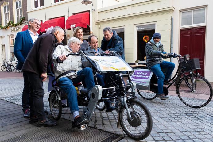 Fietsmaatjes is één van de projecten die financiële steun krijgen. Wethouder Kâhya op de fuofiets met deelnemer Hans van de Laar (links).
