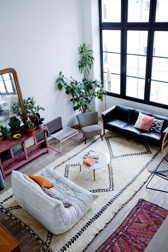 De metershoge ramen halen immens veel licht binnen in het appartement.