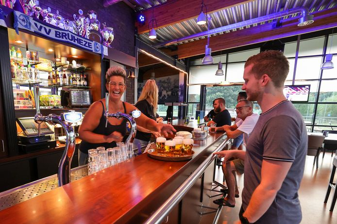Bruheze-kantinebeheerder Mireille Plugers ziet nog een hele uitdaging in het runnen van de bar volgens de coronaregels.