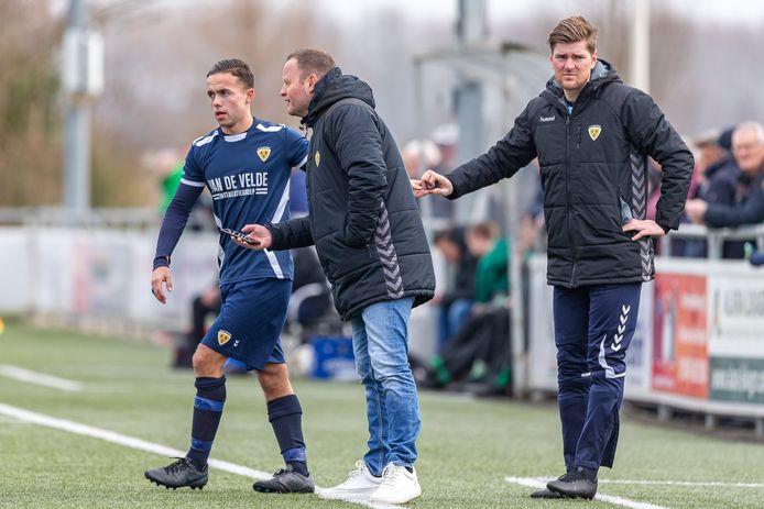 Marcel Lourens (midden) geeft tijdens het duel met Nieuw-Lekkerland aanwijzingen aan Valentijn van Keulen. Links Timo Jansen, die naar SSV'65 vertrekt.