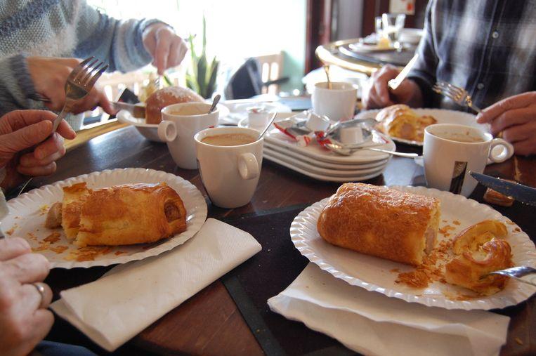 Appelbollen en worstenbrood in Café Torenven.