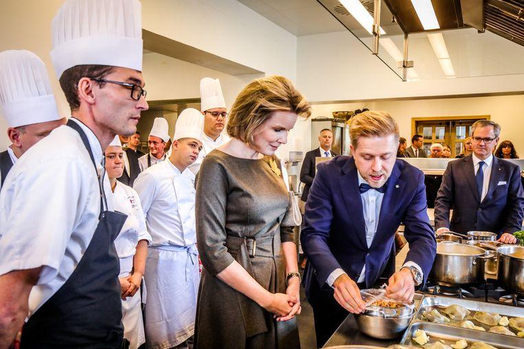 Kok Seppe Nobels legt de koningin uit wat er op het menu staat. Onder meer Nieuwpoortse garnalen.