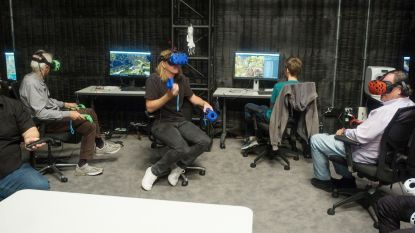 Met VR-bril en joystick op de filmset