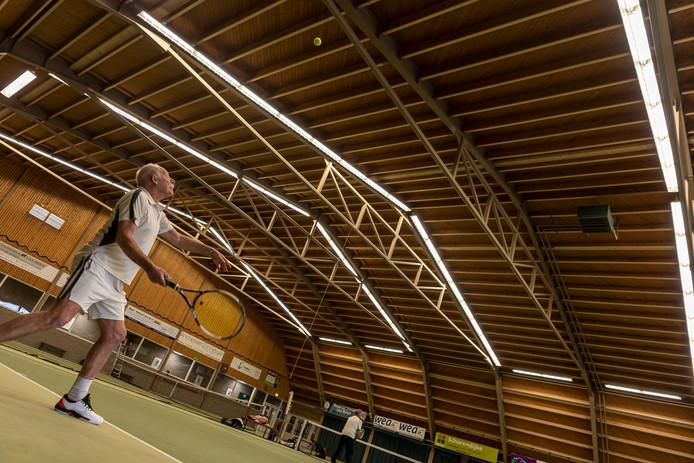 De dakconstructie van de hallen in Sportcentrum Westerschouwen werd verstevigd en vernieuwd met zo'n zeventig ton staal en in totaal vijf kilometer aan hout.