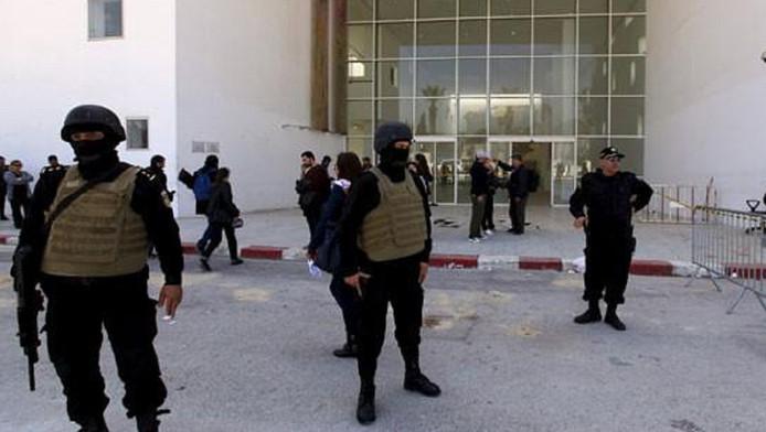 Tunesische officieren bewaken een hotel in Sousse.