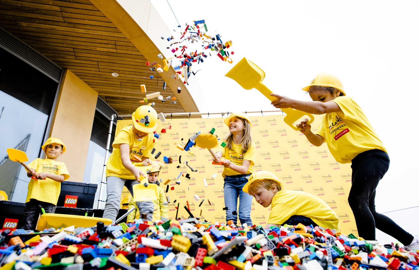 Kinderen vieren de aankomst van de eerste legosteentjes bij het Legoland Discovery Centre.