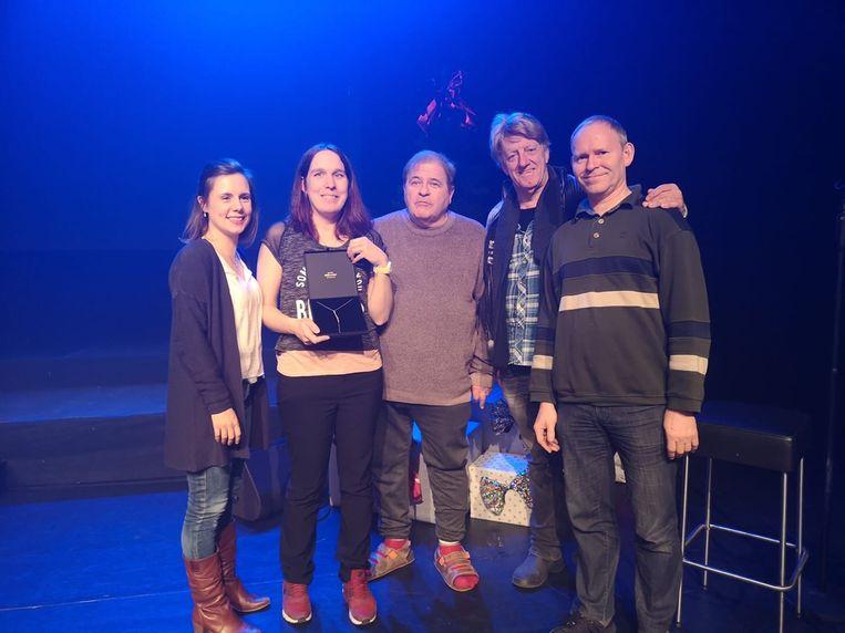 Wendy Cibos wint het kerstjuweel geschonken door Juwelier Roelandt tijdens het concert van Get Ready.