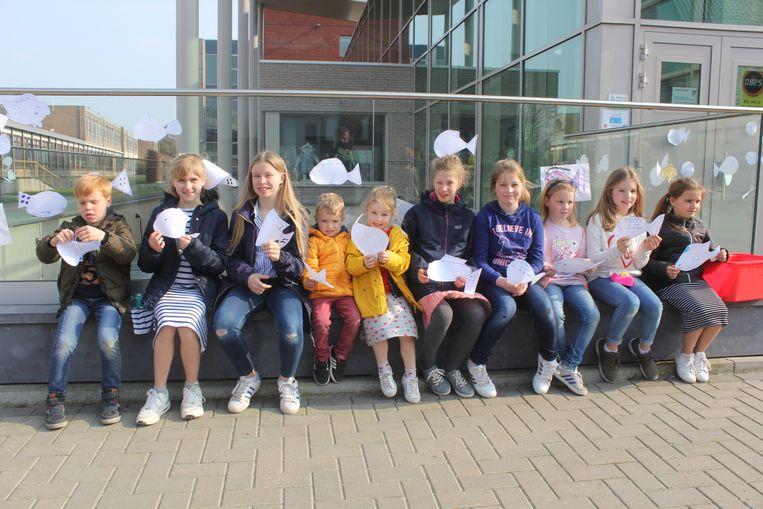 Kinderen kwamen zondagnamiddag aprilvissen tegen de ramen van het SVI plakken.
