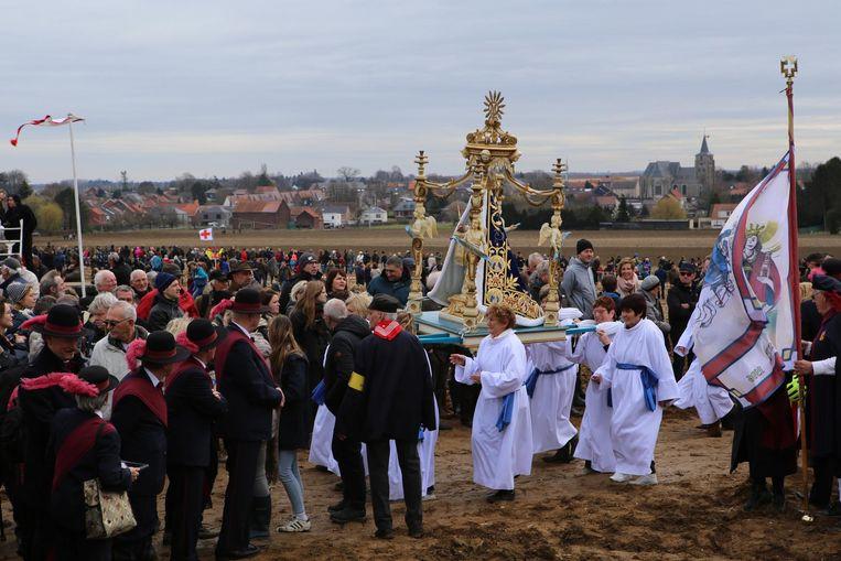 Er kwam heel wat volk naar de processie kijken, ondanks het dreigende regenweer.