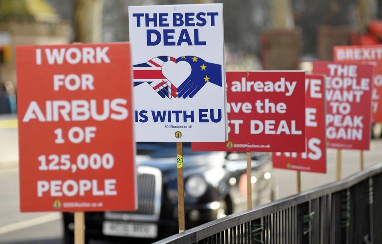 Een rij anti-brexitborden in een straat in Londen.