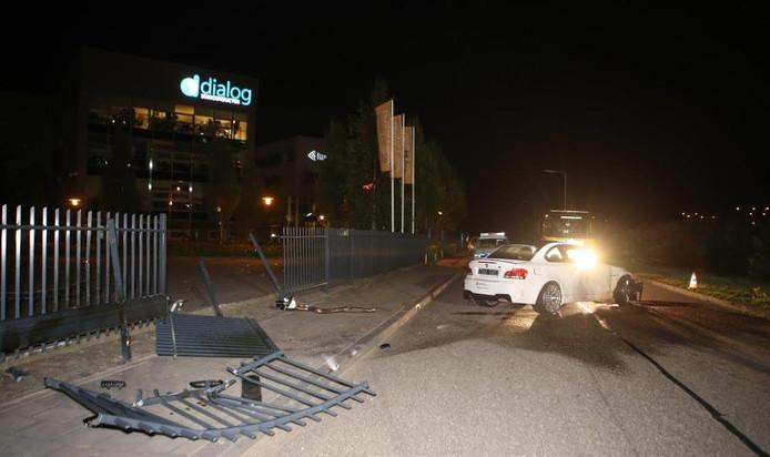 De gecrashte auto en het vernielde hek op De Brand.