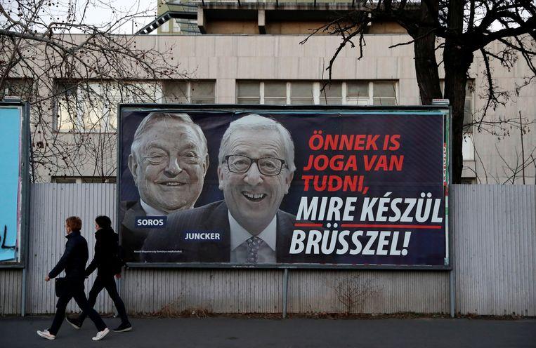 """De Hongaarse regering lanceerde enkele weken geleden een postercampagne. """"Ook u hebt het recht te weten wat Brussel van plan is"""", viel er te lezen bij een foto van Europees Commissievoorzitter Jean-Claude Juncker en de Amerikaans-Hongaarse filantroop George Soros."""