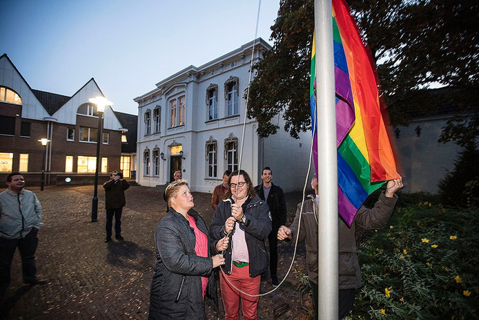 Regenboogvlag wordt gehesen in Geldrop