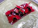 Gerookte melkkoe met rode biet, pistachecrème en -nootjes, bietenblad en haringkaviaar bij De Tuinkamer in Schuinesloot