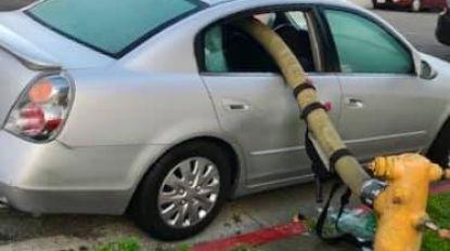 Brandweer Californië herinnert er weinig subtiel aan nooit te parkeren voor een brandkraan