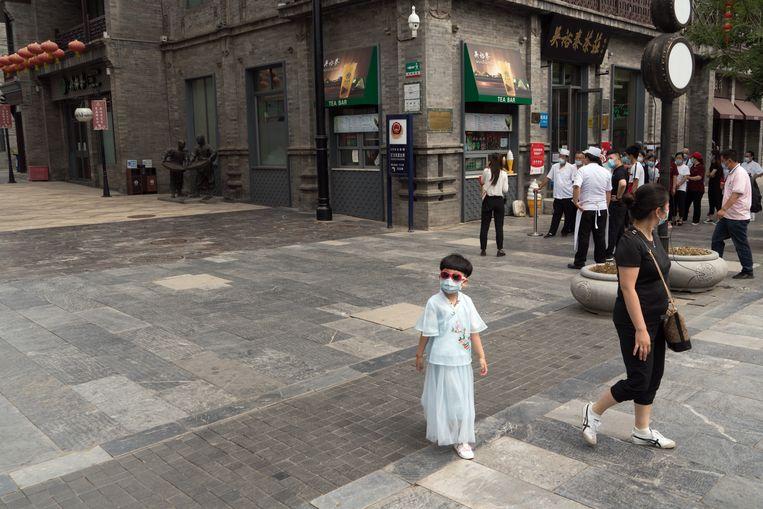 Sinds de nieuwe uitbraak van corona zijn de restricties in Beijing weer strenger geworden en blijven de bezoekers in toeristenbuurt Dashilan weg. Beeld Ruben Lundgren