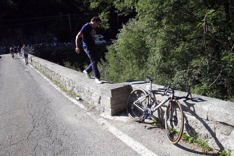 De fiets van Evenepoel bleef tegen het muurtje staan.