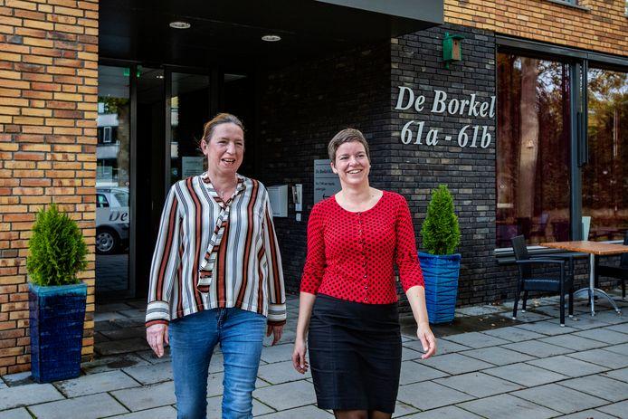 Wijnie Nieboer (l) en Emmy Scheurwater hebben de deur van woonzorgcentrum De Borkel in Gorssel open staan.