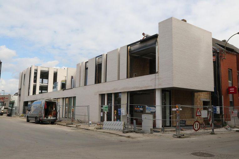 De bouw van een nieuw appartementsblok in centrum Langemark.