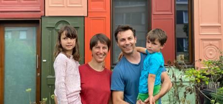 """Het deurenhuis van Linde en Kristof: """"Er stoppen nog elke dag passanten om een foto te nemen of hun duim op te steken"""""""