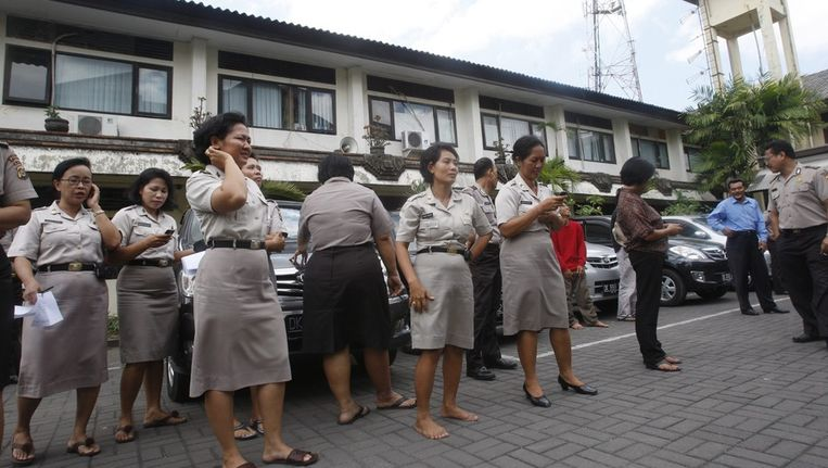 Op Bali stromen mensen naar buiten na een krachtige aardbeving op het eiland. Beeld epa
