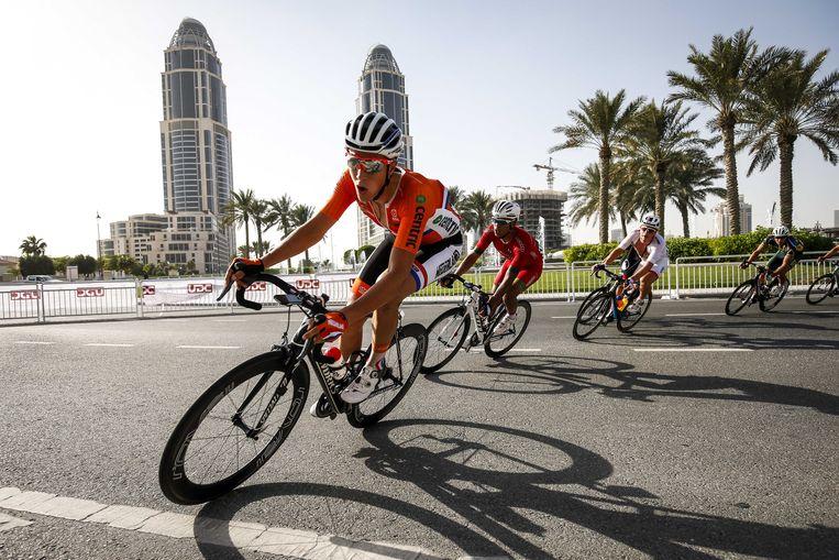 Niki Terpstra in 2016 tegen een leeg decor tijdens de WK wielrennen in Qatar.  Beeld ANP