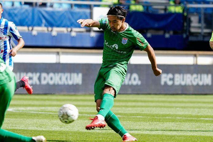 PEC Zwolle-speler Yuta Nakayama, die opnieuw een kans kreeg op '6', haalt uit in de laatste oefenwedstrijd van de voorbereiding tegen SC Heerenveen, maar ziet zijn inzet geblokt worden.