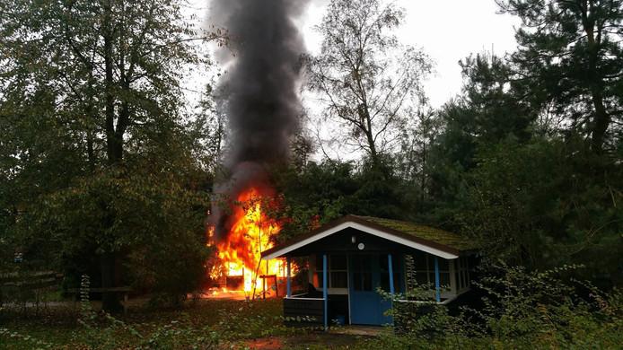 Het huisje vloog door nog onbekende oorzaak in brand.
