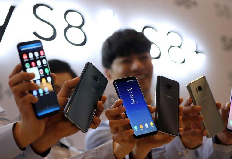 Mannen showen de Samsung Galaxy S8 Beeld ap
