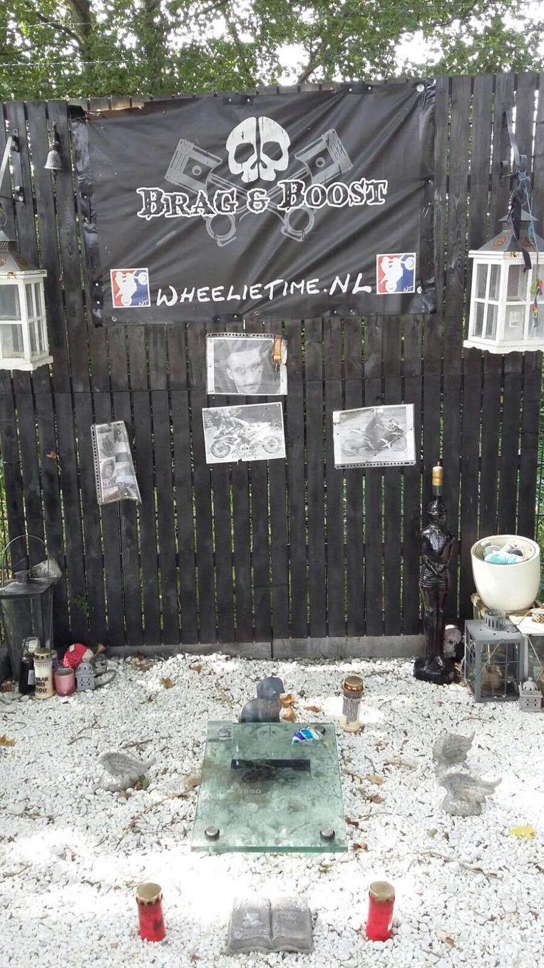Herinneringsplek voor de motorrijder in de Piet Heintunnel Beeld Hanneloes Pen