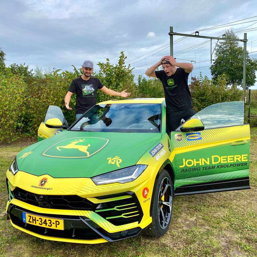 Enzo Knol showt zijn sportwagen Lamborghini Urus in John Deere-stijl