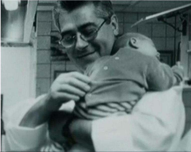 Ronnie Herman met de kleine Sergio op de arm in restaurant Oud Sluis.