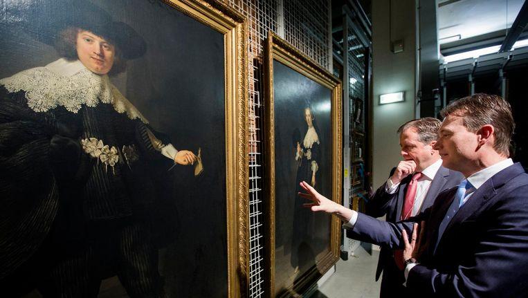 Halbe Zijlstra (VVD) en Alexander Pechtold (D66) kijken in het Louvre naar de twee Rembrandt-portretten Maerten Soolmans en Oopjen Coppit Beeld anp
