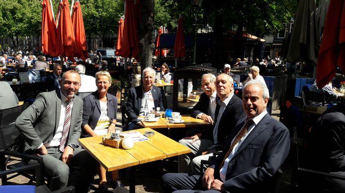 Op een terrasje op het Plein voor de ingang van de Tweede kamer bespreken de leden van de delegatie de strategie.  Vlnr. Wethouder Rolph Dols, initiatiefnemer Jeanine van Hapert, Peter von Meijenfeldt (raadsfractievoorzitter PvdA), Henk Goeijers (Gilze), Bert Wagemakers en Johan Stabel (gemeente).