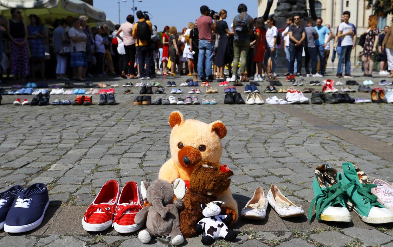 Honderden kinderschoenen voor het Ministerie van Binnenlandse Zaken in Boekarest. Een stil protest tegen het nalatige optreden van de Roemeense autoriteiten rondom de moord op de 15-jarige Alexandra Macesanu.