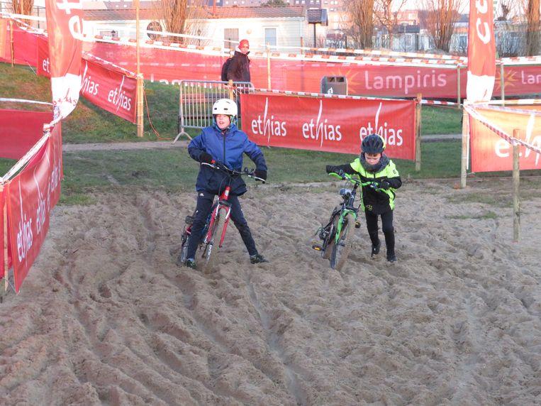 De kinderen mochten eens proeven van het parcours van de Ethias Cross in Bredene