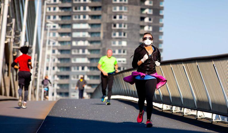 Hardlopers op de Erasmusbrug in april dit jaar, op de dag dat de marathon Rotterdam zou plaatsvinden. Door de mondiale uitbraak van het nieuwe coronavirus besloot de organisatie het evenement te verplaatsen naar 25 oktober.  Beeld ANP
