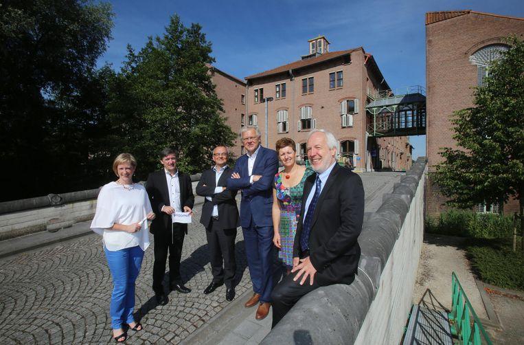 Een delegatie van Howest en Stefaan De Clerck van Proximus bij de gekochte gebouwen.