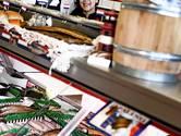 Reinald uit Enschede verkoopt al 37 jaar lang vis vanuit zijn vaders viswinkel