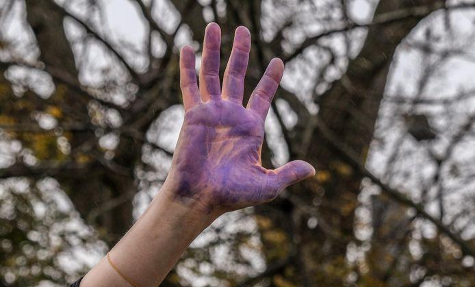 De paarse hand is een symbool tegen geweld tegen vrouwen.