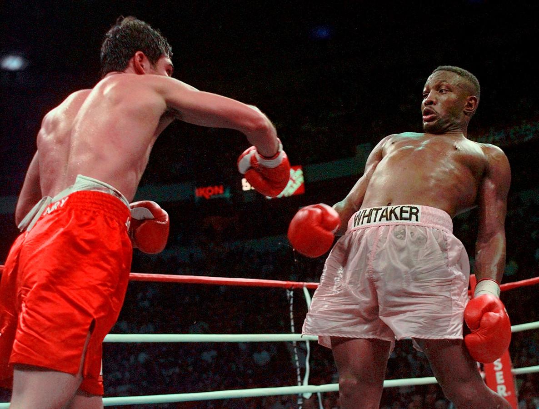 Foto van 12 april 1997: Pernell Whitaker ontwijkt een klap van Oscar De La Hoya in Las Vegas.