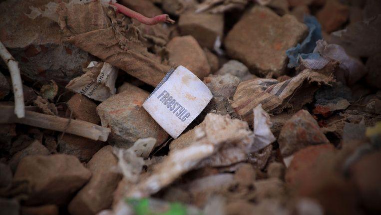 Een kledinglabel tussen het puin in Bangladesh.