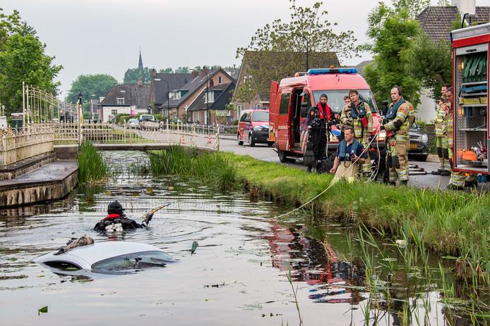 De hulpdiensten zijn zondagochtend massaal in actie gekomen voor een te water geraakte auto op de Oudhuijzerweg in Wilnis. De inzittenden konden op eigen kracht het voertuig verlaten en gingen er direct vandoor. Foto Peter Bakker