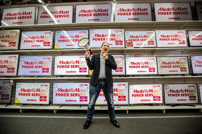 Peter van den Maagdenberg, vestigingsdirecteur van de MediaMarkt in Apeldoorn, weet continu grote artiesten naar Apeldoorn te lokken.