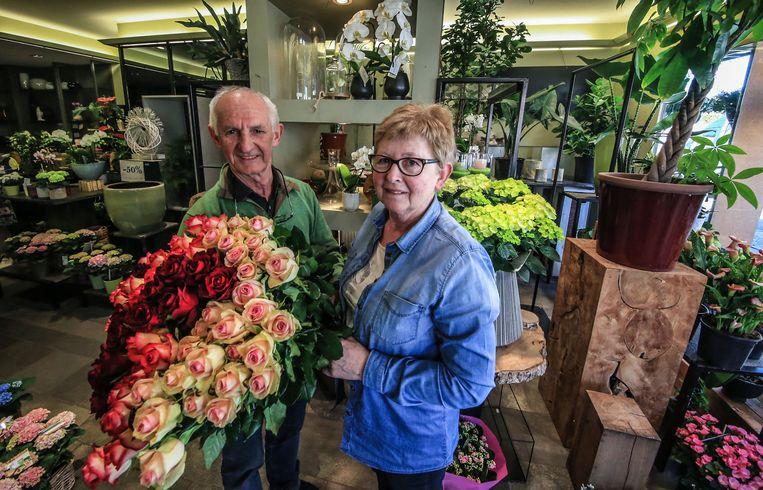 Prosper -Pros voor de vaste klanten- Vandierendonck (67) en Régine Vandenbogaerde (68) verkopen dezer dagen hun laatste bloemen en planten in bloemenzaak Marylis