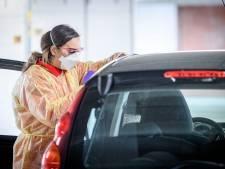 Huisartsen in Denekamp beginnen drive-in voor coronatesten
