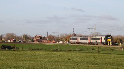 Auto vliegt in brand na aanrijding met trein in Zillebeke: twee doden